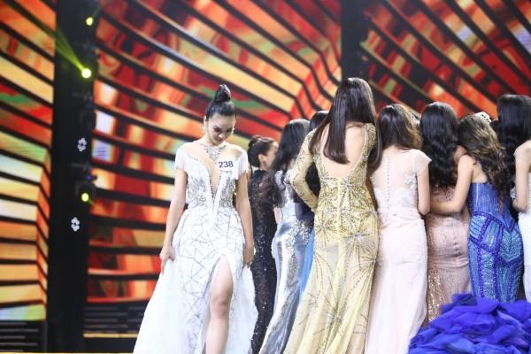 Người đẹp đá váy Mâu Thủy đứng lặng một góc khi hoa hậu đăng quang - 1