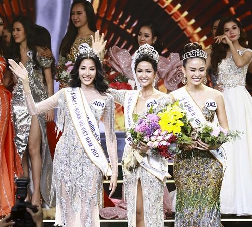 Khoảnh khắc đăng quang của Hoa hậu và Á hậu Hoàn vũ.