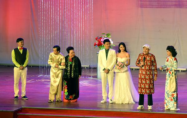 Hoài Linh gặp tai nạn trên sân khấu liveshow - 7