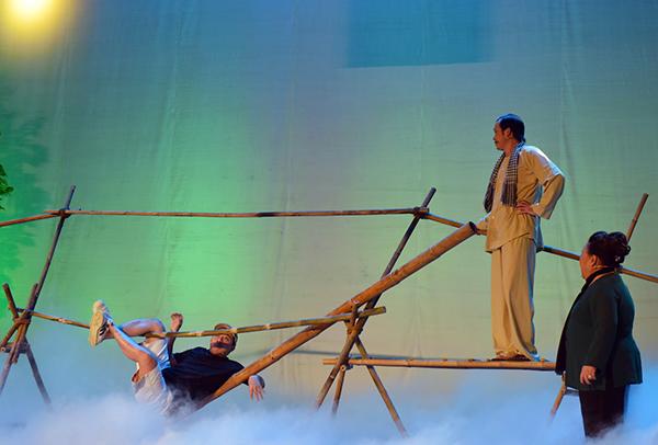 Hoài Linh gặp tai nạn trên sân khấu liveshow - 1