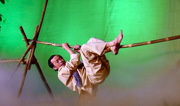 Hoài Linh gặp tai nạn trên sân khấu liveshow - 2