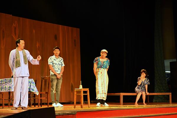 Hoài Linh gặp tai nạn trên sân khấu liveshow - 3