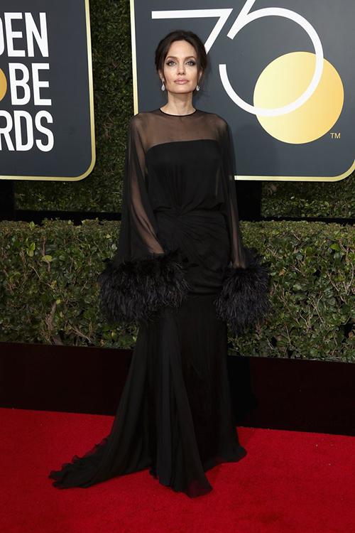 Thảm đỏ lễ trao giải Quả cầu vàng 2017 (Golden Globes) lần thứ 75 diễn ra tối 7/1 (sáng nay theo giờ Việt Nam). Angelina Jolie thướt tha trên thảm đỏ cùng hàng chục ngôi sao Hollywood nổi tiếng khác.