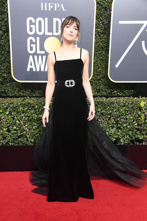 Tất cả các sao đều diện đồ màu đen để ủng hộ chiến dịch chống xâm hại tình dục ở Hollywood. Mỹ nhân 50 sắc thái Dakota Johnson khoe vai trần gợi cảm.