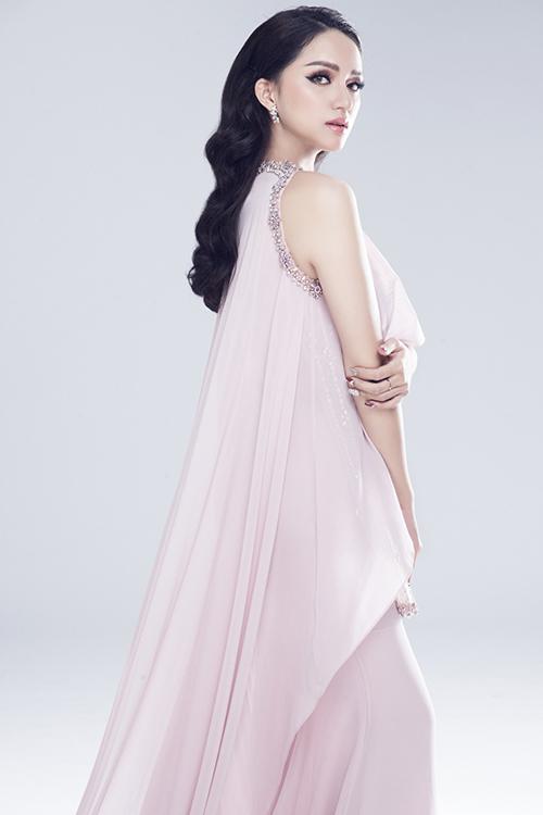 Vẻ sexy của Hương Giang khi tham dự Hoa hậu chuyển giới - 6