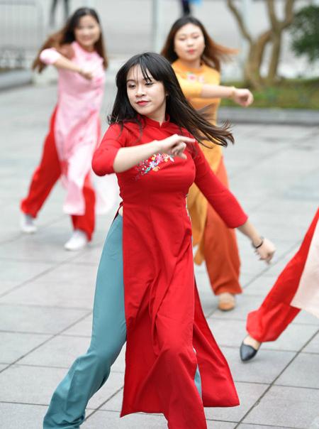 Nữ sinh Hà Nội mặc áo dài nhảy đón xuân bên hồ Hoàn Kiếm - 5