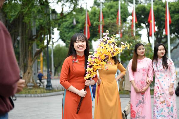 Nữ sinh Hà Nội mặc áo dài nhảy đón xuân bên hồ Hoàn Kiếm - 1