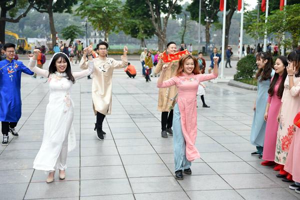 Nữ sinh Hà Nội mặc áo dài nhảy đón xuân bên hồ Hoàn Kiếm - 6