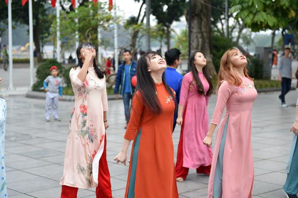 Nữ sinh Hà Nội mặc áo dài nhảy đón xuân bên hồ Hoàn Kiếm - 4