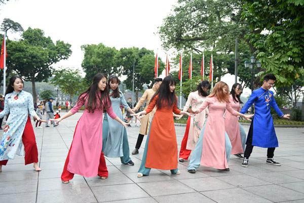 Nữ sinh Hà Nội mặc áo dài nhảy đón xuân bên hồ Hoàn Kiếm