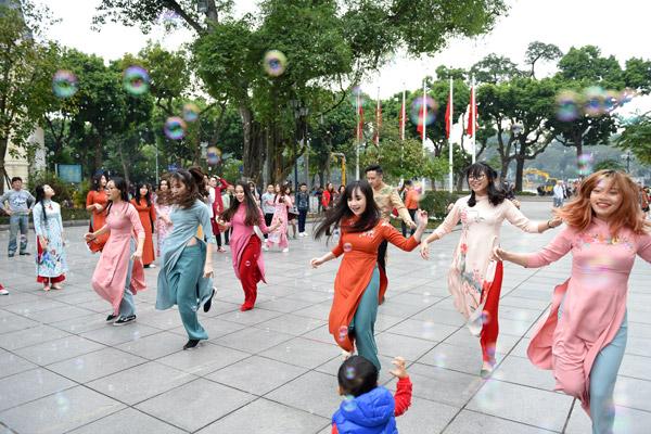 Nữ sinh Hà Nội mặc áo dài nhảy đón xuân bên hồ Hoàn Kiếm - 7