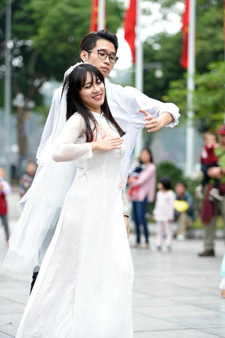 Nữ sinh Hà Nội mặc áo dài nhảy đón xuân bên hồ Hoàn Kiếm - 2