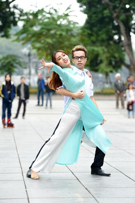 Nữ sinh Hà Nội mặc áo dài nhảy đón xuân bên hồ Hoàn Kiếm - 3