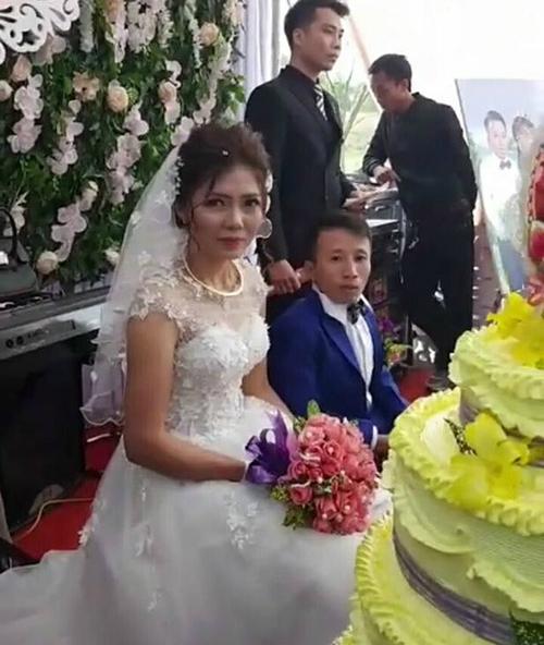 Chí Luận hạnh phúc bên cô dâu Thuý Lượng trong ngày cưới.
