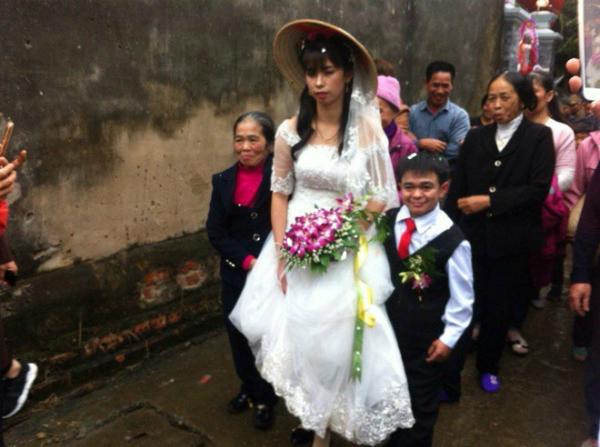 Đám cưới của cặp đôi đũa lệch ở Hà Nam gây chú ý.