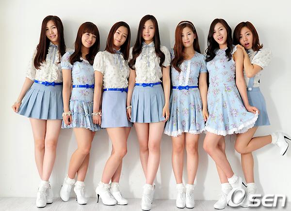 Apink thời kỳ đầu debut với 7 thành viên. Năm 2013, Yu Kyung rời nhóm để theo đuổi việc học.