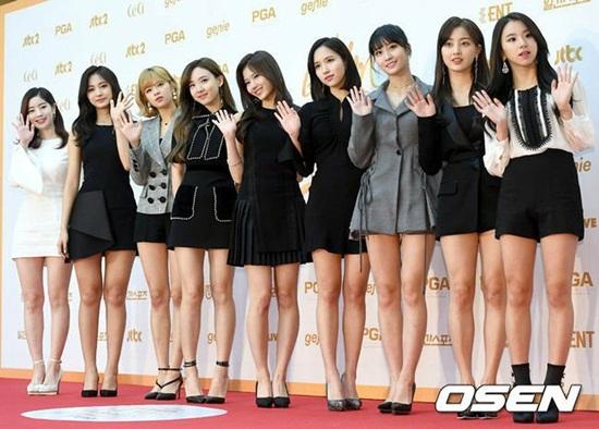 Twice là nhân vật chính của các lễ trao giải cuối năm ở Hàn. Các thành viên vẫn khoe chân bất chấp thời tiết lạnh giá.