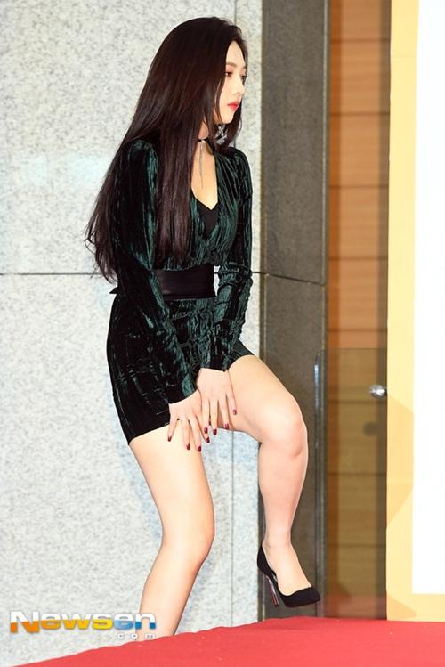 Gà nhà SM lúng túng che chắn khi bước lên thảm đỏ vì mặc váy quá ngắn.