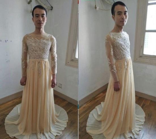 Chàng trai mặc váy làm mẫu quảng cáo để hút khách  - 4