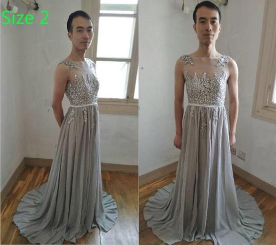 Chàng trai mặc váy làm mẫu quảng cáo để hút khách  - 5