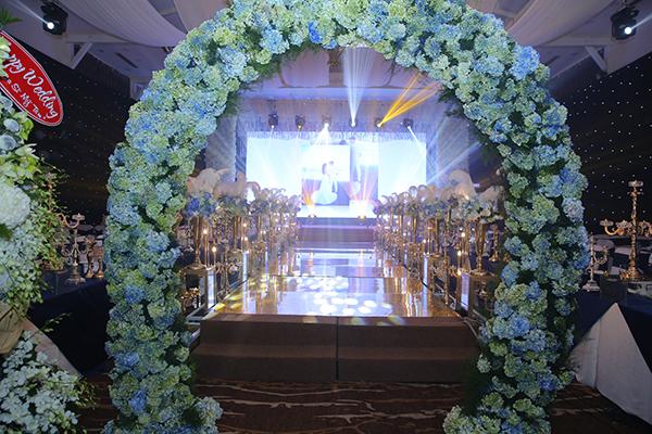 Không gian tiệc cưới được trang trí nhiều hoa tươi.