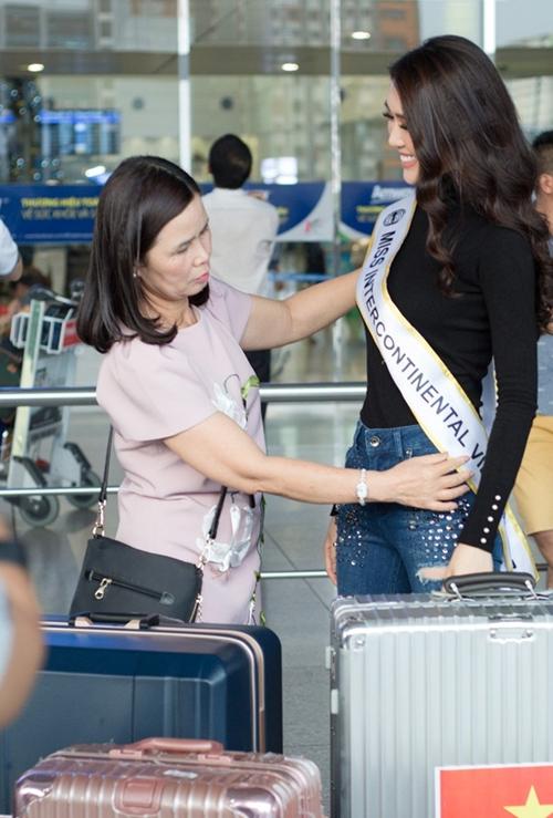 Tường Linh khoe vòng eo 53 cm hot nhất Vbiz ở sân bay - 3