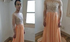 Chàng trai mặc váy làm mẫu quảng cáo hút khách bất ngờ