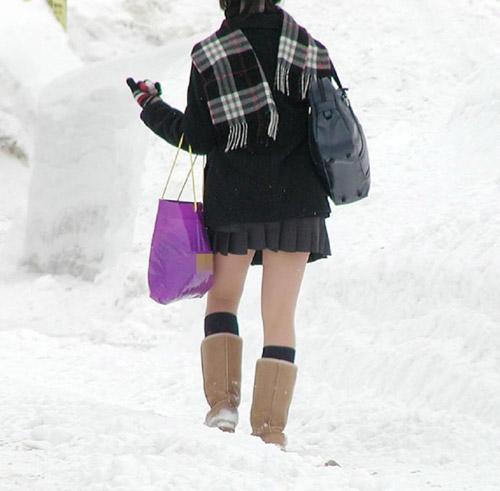 Giữa mùa đông, nữ sinh Nhật Bản vẫn kiên cường mặc váy ngắn đến trường - 1