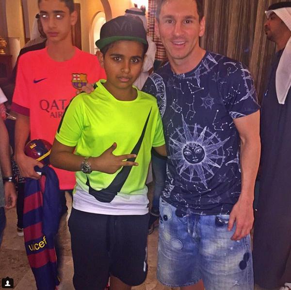 Rashed Saif Belhasa chụp ảnh cùng cầu thủ Messi.