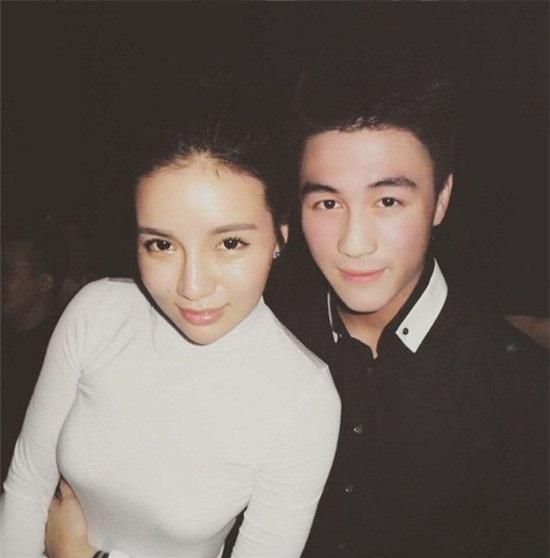 Mario Ho bên cạnh bạn gái Kim Lim.