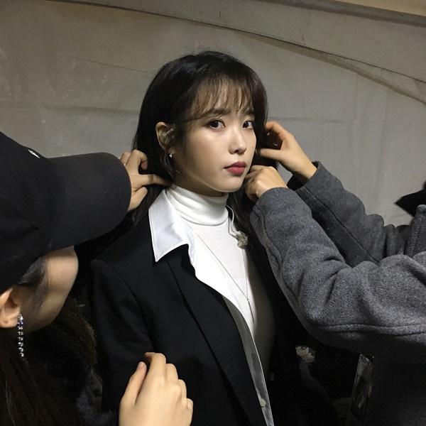 IU được dàn staff vây quanh tút tát cẩn thận trong hậu trường.