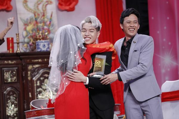 Đức Phúc khiến Hoài Linh bất ngờ trên sân khấu hài.