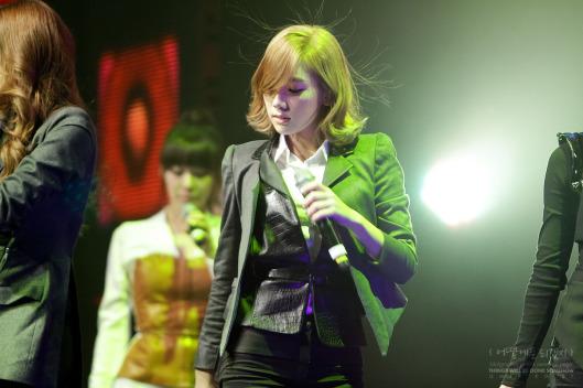 Idol Hàn trở thành trò cười vì mái tóc dựng ngược tích điện - 7