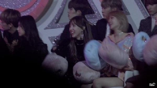 Phản ứng đáng yêu hết nấc của Twice khi xem EXO biểu diễn - 1