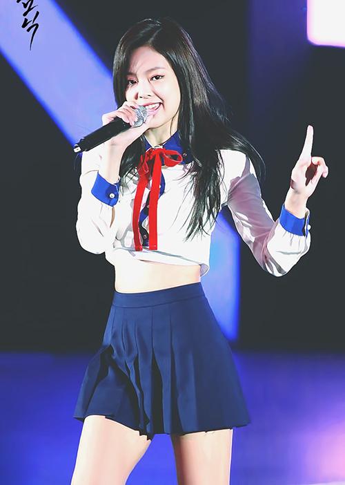 Top 10 bộ váy sexy đốt mắt của idol sang chảnh Jennie - 3