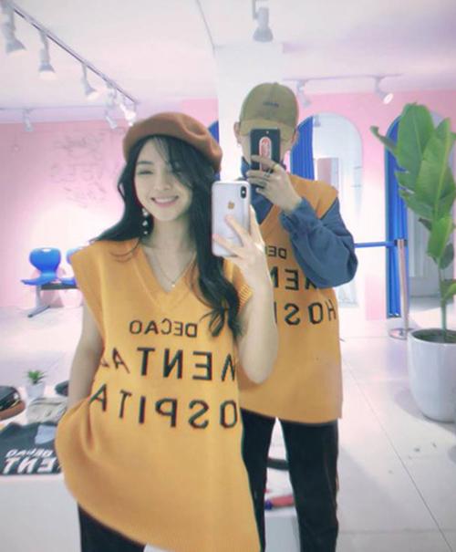 Châu Bùi mặc áo in slogan Mental Hospital.