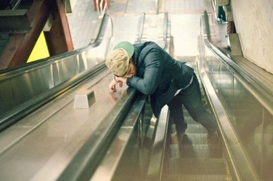 Đi thang máy mà cũng ngủ được thì phục thật.