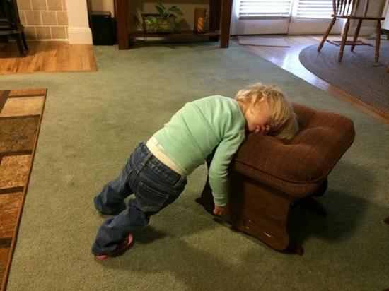 Đang chơi lăn đùng ra ngủ đây mà.