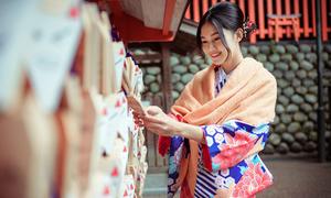 'Á hậu cao nhất Việt Nam' đẹp mong manh trong trang phục kimono