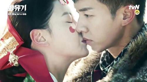Cảnh khóa môi gây ra nhiều tranh cãi trong Hoa du ký.
