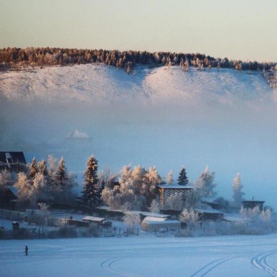 Làng Oymyakon (Sakha, Nga) quanh năm chìm trong màu trắng xóa của băng tuyết và nhiệt độ thấp kỷ lục.