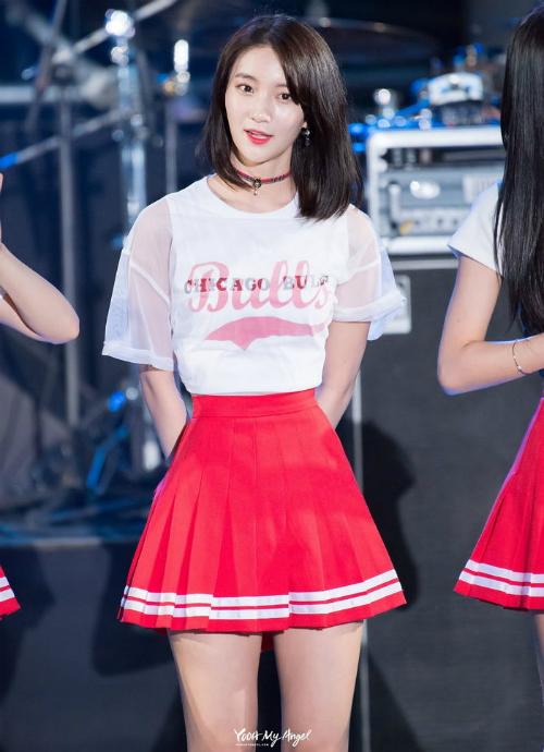 Nữ idol sở hữu vòng eo bé đến mức... váy nào cũng phải sửa
