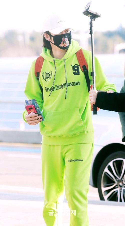 Tae Yeon khoe style đẳng cấp, Seol Hyun như đi catwalk ở sân bay - 2