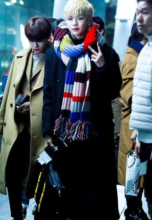 Tae Yeon khoe style đẳng cấp, Seol Hyun như đi catwalk ở sân bay - 6