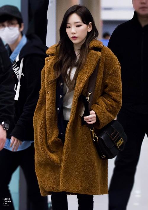 Tae Yeon khoe style đẳng cấp, Seol Hyun như đi catwalk ở sân bay - 1
