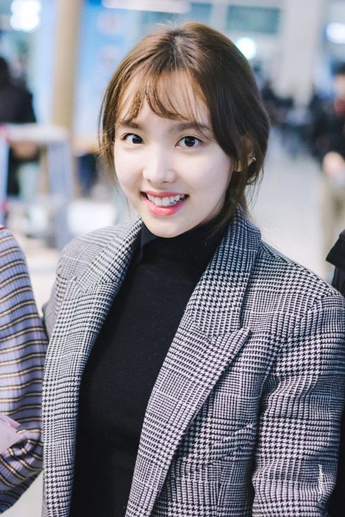 Tae Yeon khoe style đẳng cấp, Seol Hyun như đi catwalk ở sân bay - 8
