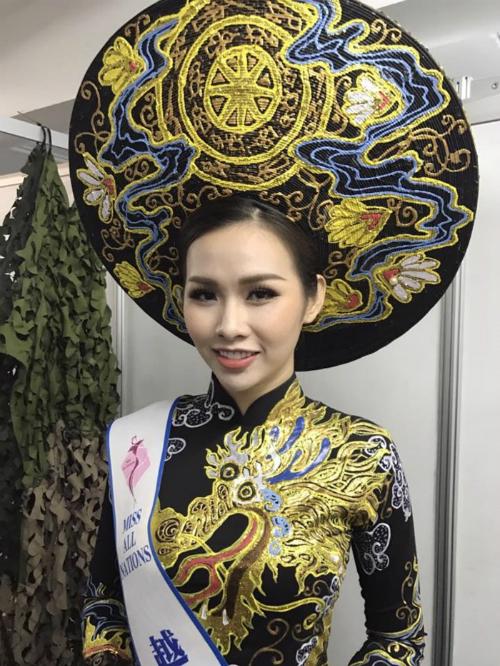 Thanh Trang diện trang phục áo dài tại cuộc thi.