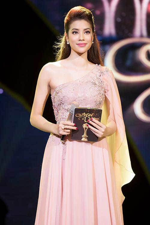 Phạm Hương làm MC lễ trai giải Mai Vàng 2017.