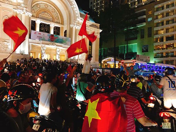 Dòng người trước khu vực Nhà hát lớn TP HCM.