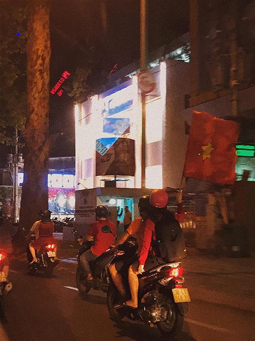 Bạn trẻ cầm cờ đi bão ăn mừng chiến thắng của U23 Việt Nam.